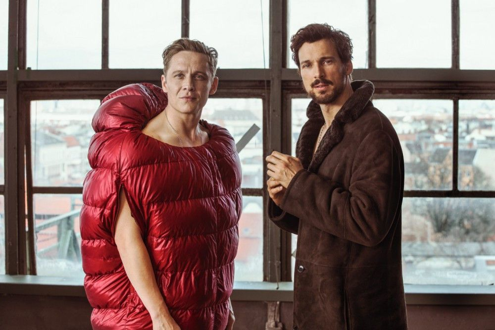 100 Dinge - aber was nehmen wir zuerst? Im Winter, ganz klar: etwas Warmes! Also zieht Toni (Matthias Schweighöfer, links) den Schlafsack an, Paul (Florian David Fitz) greift zum Mantel.