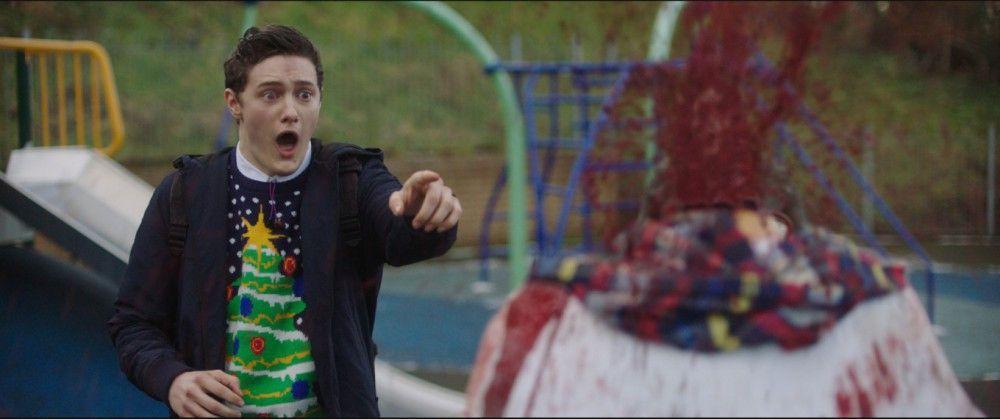 John (Malcolm Cumming) ist schockiert: Der Zombie-Schneemann ist seinen Kopf los.