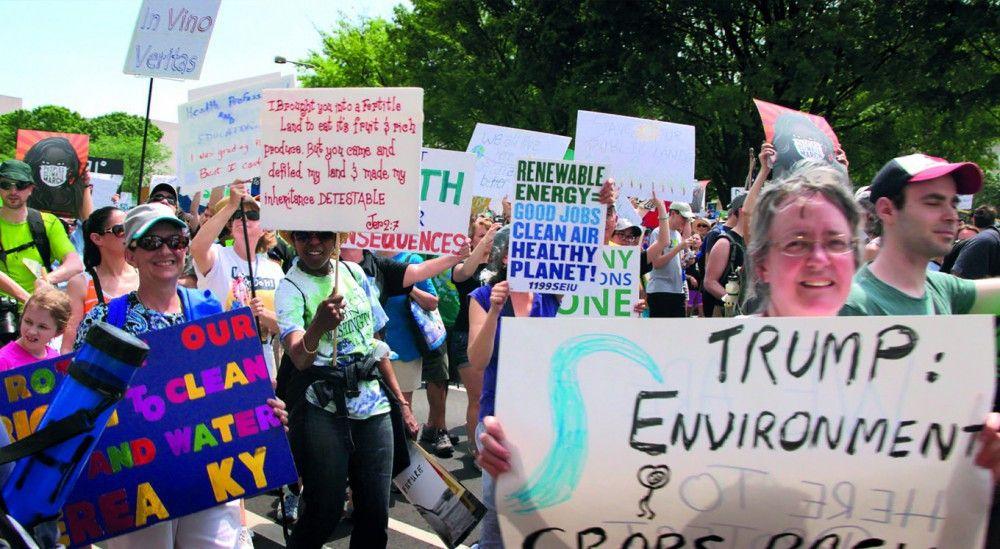 Klimaaktivisten protestieren gegen die umweltfeindliche Politik Donald Trumps.