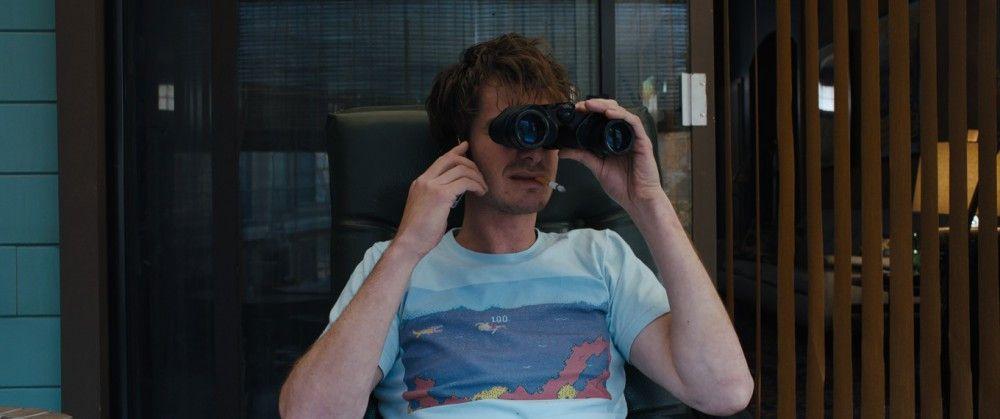 Sam (Andrew Garfield) hat den ganzen Tag nicht wirklich viel zu tun. Also genießt er den Blick aus dem Fenster zum Hof.