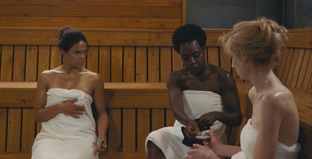Deal in der Sauna: Linda (Michelle Rodriguez, links), Veronica (Viola Davis) und Alice (Elizabeth Debicki, rechts) sind gezwungen, die Schuld ihrer Männer zu begleichen.