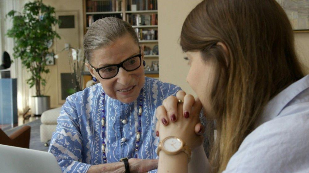 In der Dokumentation kommt auch die Enkelin von Richterin Ruth Bader Ginsburg (links) zu Wort.