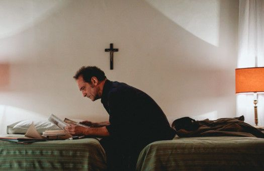 Jacques Mayano (Vincent Lindon) glaubt schon lange nicht mehr an Gott und soll nun herausfinden, ob er nicht doch existiert.