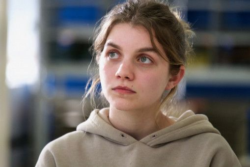 Anna behauptet, dass die Jungfrau Maria zu ihr gesprochen hat: Das von Galatea Bellugi wunderbar gespielte Mädchen zerbricht fast an dieser Bürde.