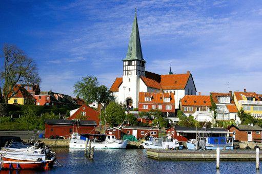 Inselhauptstadt: Schon von weitem ist der Turm der St.-Nicolai-Kirche in Rønne zu sehen.