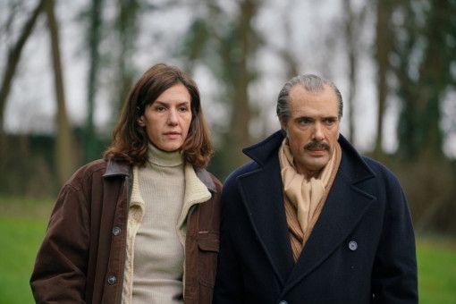 Sarah (Doria Tillier) geht mit ihrem mittlerweile an Demenz leidenden Ehemann Victor (Nicolas Bedos) ein letztes Mal spazieren.