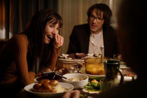 Beim gemeinsamen Abendessen bietet die blitzgescheite Sarah (Doria Tillier) dem chauvinistischen Vater von Victor (Nicolas Bedos) anständig Paroli.