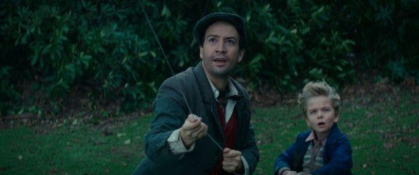 Statt des Schornsteinfegers Bert wird der Laternenanzünder Jack (Lin-Manuel Miranda) Mary Poppins' Helfer. Den kleinen Banks-Jungen Georgie (Joel Dawson) kennt er bereits.