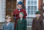 Georgie (Joel Dawson, links), Anabel (Pixie Davies) und John (Nathanael Saleh) Banks sind von ihrem Kindermädchen Mary Poppins (Emily Blunt) ziemlich angetan.