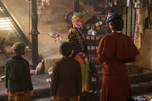 Anstatt wie im Originalfilm ihren Onkel zu besuchen, schaut Mary Poppins mit den Banks-Kindern bei ihrer Cousine Topsy (Meryl Streep) vorbei, deren Welt manchmal ziemlich kopfsteht.
