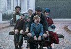 Ein Fahrrad für alle: Mary Poppins (Emily Blunt) und Laternenanzünder Jack (Lin-Manuel Miranda) laden die Banks-Kinder (Joel Dawson (vorne), Pixie Davies, Nathanael Saleh) ihre Tante (Emily Mortimer, links) und die Haushälterin (Julie Walters) auf, um die Familie retten.