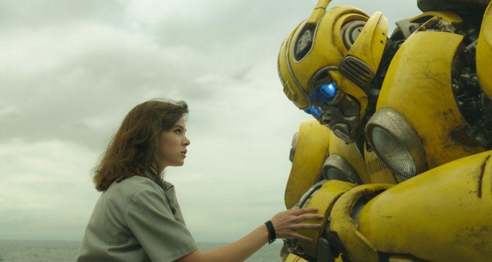 Charlie (Hailee Steinfeld) traut ihren Augen nicht: Ihr VW Käfer hat sich gerade in einen ziemlich ausgewachsenen Roboter verwandelt.