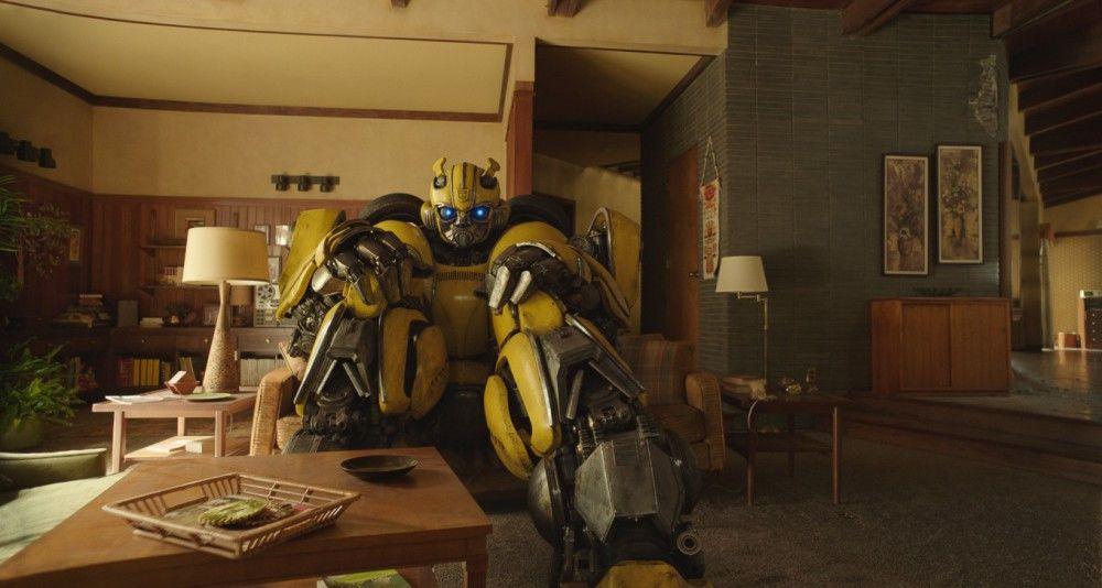 """Szenen wie diese machen """"Bumbebee"""" so reizvoll: Der Autobot versucht, es sich im Wohnzimmer eines Einfamilienhauses gemütlich zu machen."""