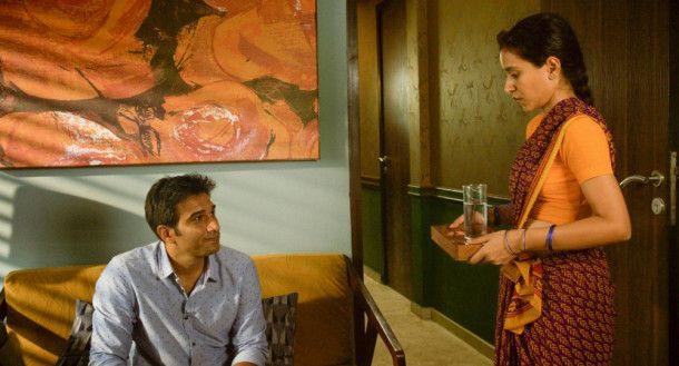 Zwischen Haushälterin (Tillotama Shome, rechts) und Arbeitgeber Ashwin (Vivek Gomber) entsteht eine Gesprächsatmosphäre, die es im heutigen Indien normalerweise nicht geben soll.