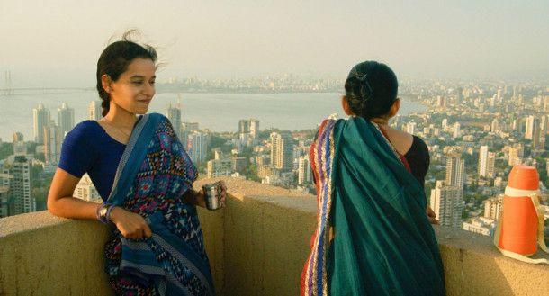 Vor der atemberaubenden Kulisse Mumbais genießen Ratna (Tillotama Shome, links) und Laxmi (Geetanjali Kulkarni) einen Moment der Ruhe.