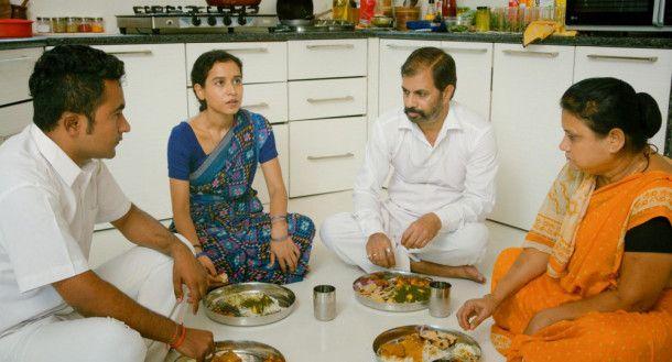 Während ihrer kurzen Pause nehmen die Hausangestellten ihre Mahlzeiten in der Küche auf dem Boden sitzend ein.