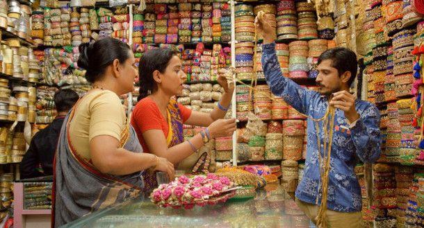 Endlich rückt Ratnas (Tillotama Shome, Mitte) Traum in greifbare Nähe: Für ihren Schneiderkurs besorgt sie zusammen mit Laxmi (Geetanjali Kulkarni, links) auf dem Markt das nötige Zubehör.