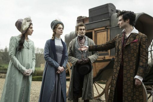 Poet Lord Byron (Tom Sturridge, rechts) begrüßt Mary (Elle Fanning, links), Claire Clairmont (Bel Powley) und Percy (Douglas Booth) auf seinem Anwesen in Genf.