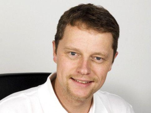 Professor Dr. Sven Ostermeier ist Facharzt für Orthopädie und Unfallchirurgie, Sportmedizin und Chirotherapie. Er arbeitet als leitender Orthopäde an der Gelenk-Klinik Gundelfingen.