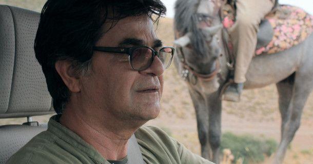 """Der iranische Regisseur Jafar Panahi fährt in """"Drei Gesichter"""" selbst mit durch das Land - nimmt sich im Film aber wohltuend zurück."""