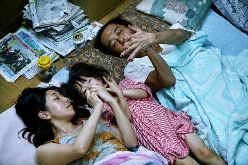 Sie kommen kaum selbst über die Runden: Osamu (Lily Franky) und seine Partnerin Nobuyo (Sakura Ando) haben die kleine Yuri (Miyu Sasaki) in ihre Patchwork-Familie aufgenommen.