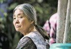 """Die Oma (Kirin Kiki) organisiert sich ihre """"Rente"""" bei der Familie ihres verstorbenen Ex-Mannes."""