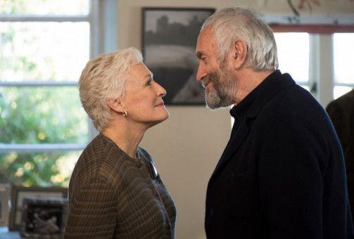 Joan (Glenn Close) steht im Schatten ihres Mannes Joe Castleman (Jonathan Pryce).