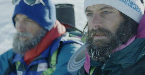 Die Tragödie am Manaslu lässt Friedl Mutschlechner (Dominik Maringer) und Hans Kammerlander (Michael Kuglitsch, rechts) bestürzt zurück.