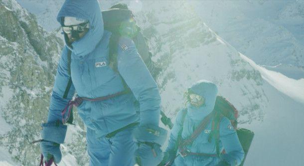 Zusammen mit Reinhold Messner (Markus Schwärzer) überschreitet Hans Kammerlander (Michael Kuglitsch) zwei Achttausender.