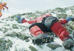 Während seines Aufstiegs zum Mount Everest passiert Kammerlander (Michael Kuglitsch) ein Opfer der Sturmkatastrophe.