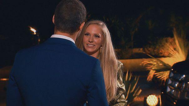 Vanessa kommt an der Villa an.
