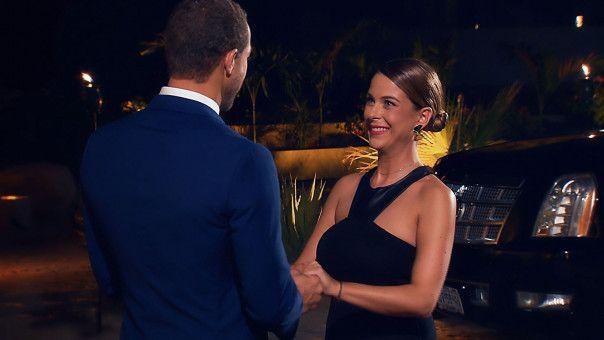 Andrej begrüßt Nadine vor der Villa.