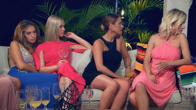 """Misstrauisch beobachten Jasmin, Karin, Nadine und Claudia (v.l.) die Einzelgespräche der anderen Kandidatinnen mit Andrej. <a href=""""https://www.tvnow.de"""" target=""""_blank"""" rel=""""nofollow"""">Alle Episoden von """"Der Bachelor"""" bei TVNOW.</a>"""