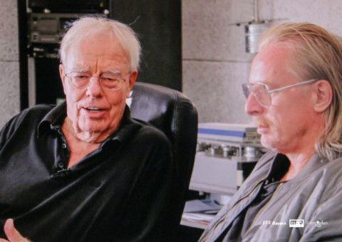 Christian Bruhn (links) mit DJ Hell - einem bekennenden Fan, der ein Remix Projekt plant und den Komponisten deshalb in seinem Haus besucht. Die Führung, die er erhält, darf auch der Filmzuschauer genießen.