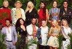 Gruppenbild vor dem Dschungel: Diese zwölf Menschen stellen sich der Herausforderung in Australien.