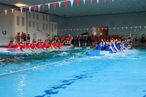 Ein Drachenboot-Rennen kann auch im Hallenbad ausgetragen werden.