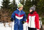 Charlotte (Sonja Gerhardt) zeigt Denis (Emilio Sakraya), wie das mit dem Skifahren funktioniert.