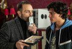 Gangsterboss Adam (Aleksandar Jovanovic) will, dass Denis (Emilio Sakraya) endlich seine Schulden begleicht.