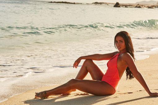 """Nathalia (25, Hamm/Westfalen) überrascht den """"Bachelor"""" und die anderen Kandidatinnen in Folge zwei. Die gebürtige Brasilianerin zieht nachträglich ein. Sie ist gelernte Sozialhelferin und arbeitet heute bei einem Süßwarenhersteller, ihre wahre Leidenschaft gilt aber dem Modeln: Nebenberuflich steht sie deshalb für Online-Shops vor der Kamera. <b>Raus in Folge 7</b>"""
