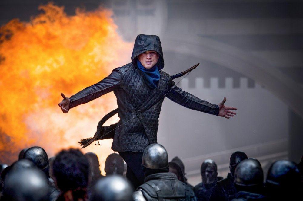 Versteckt unter einer Maske beraubt Robin (Taron Egerton) regelmäßig den Sheriff und verteilt die Beute an die bedürftige Bevölkerung.