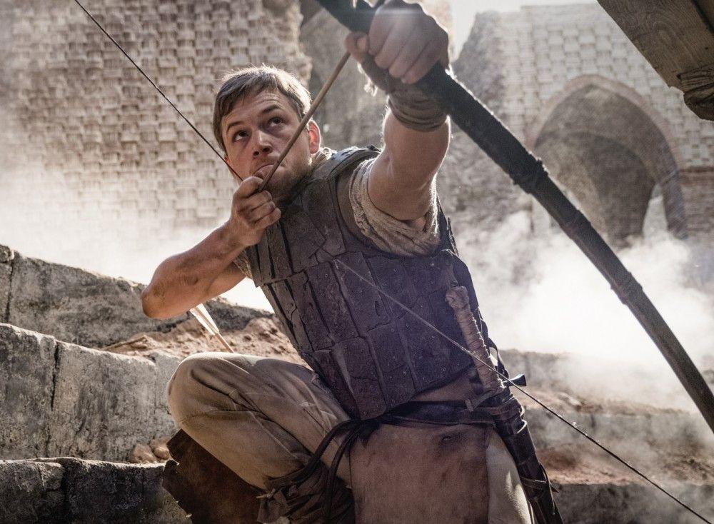 Taron Egerton nimmt als Robin Hood Pfeil und Bogen und damit den Kampf für Gerechtigkeit in die Hand.