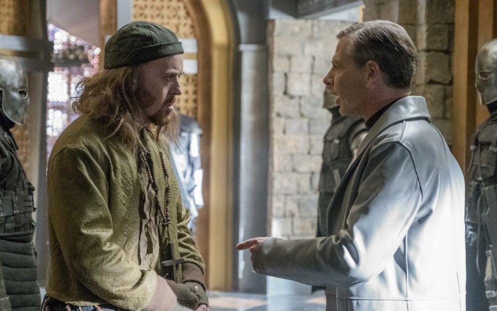 Tuck (Tim Minchin, links) trifft auf den skrupellosen Sheriff von Nottingham (Ben Mendelson).