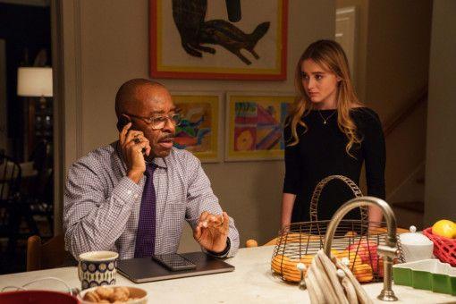 Bens Schwester Ivy (Kathryn Newton) und sein Stiefvater Neal (Courtney B. Vance) reagieren reserviert auf die Rückkehr.