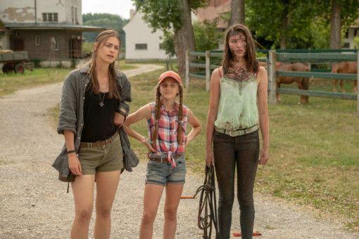 Den Schwestern Charly (Laura Berlin, links), Emmie (Ella Päffgen) und Lou (Leia Holtwick, rechts) wird von dem undankbaren, reichen Nachbarn Mallinckroth der Kredit gekündigt.