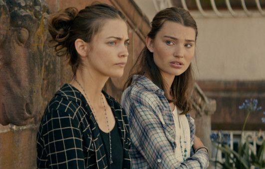 Die verwaisten Schwestern Charly (Laura Berlin, links) und Lou (Leia Holtwick) haben große Geldsorgen.