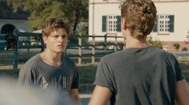 Matz (Rafael Gareisen) ist eifersüchtig auf Leon (Moritz Bäckerling, links).