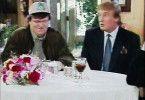 Michael Moore (links) und Donald Trump saßen vor etwa 20 Jahren gemeinsam in einer Talkshow. Moore schämt sich heute dafür, dass er damals zu nett zum heutigen Präsidenten war.