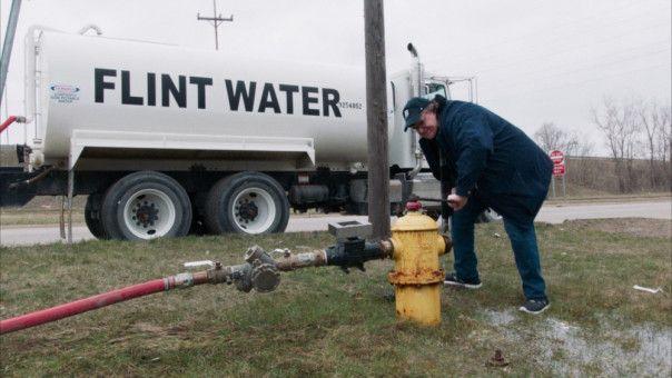 Kein Film von Michael Moore, in dem er sich nicht im Sinne seiner Botschaft bei einer spektakulären Aktion filmen lässt: etwa dabei, wie er den Garten des Gouverneurs von Michigan mit verseuchtem Wasser aus Flint bewässert.
