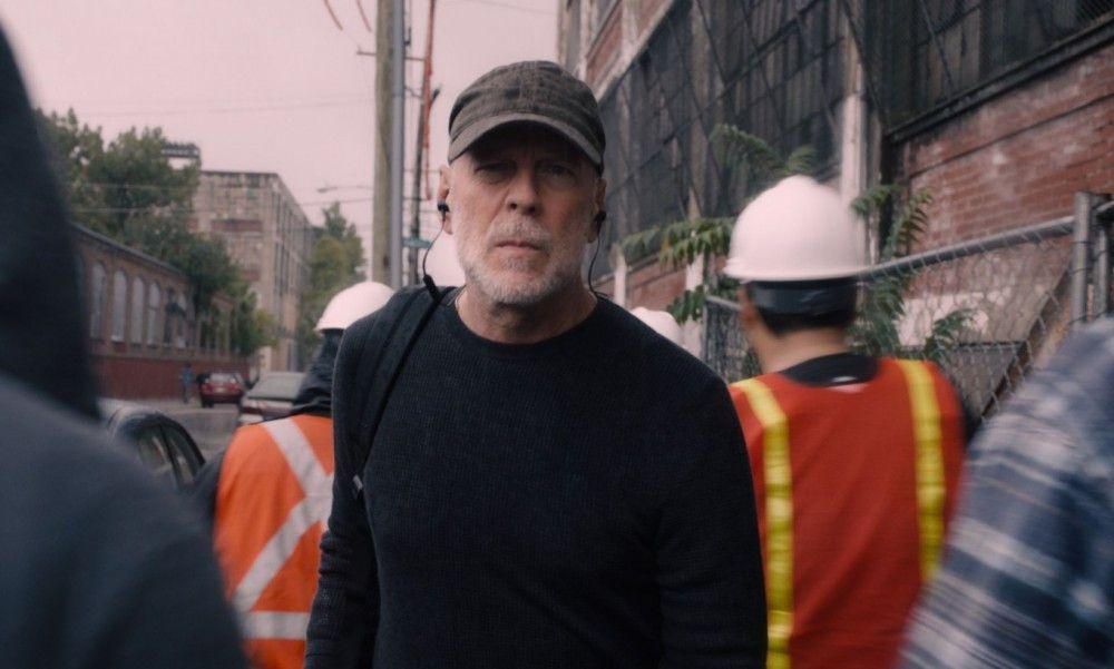 19 Jahre nach dem Eisenbahnunglück, von dem er keine Schramme davontrug, begibt sich David Dunn (Bruce Willis) auf die Suche nach Übeltätern - in Zivil und im Cape.