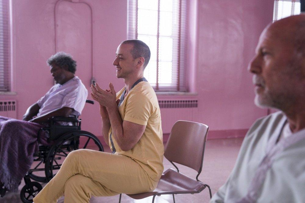 Drei Irre (von links) - Price alias Glass (Samuel L. Jackson), das Biest (James McAvoy) und Dunn (Bruce Willis) - sind einer zu viel für die duellhaften Konstellationen, die Shyamalans Thriller-Spezialität sind.
